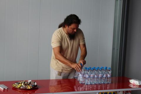 Павел Иванович накрывает стол